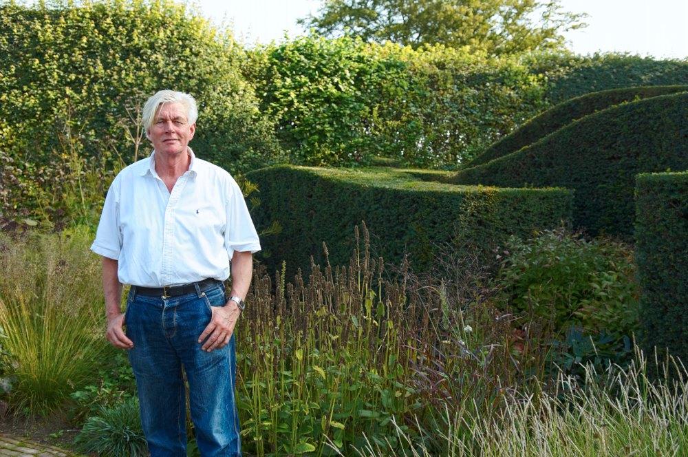Den världsberömde trädgårdsdesignern Piet Oudolf som ritat Drömparken står för en naturalistisk stil med många prydnadsgräs och höst- och sensommarblommande perenner. Han har bidragit till att många nya arter och sorter har gjort sitt intåg som trädgårdsväxter. Många av dem kan ses i Enköping. På bilden syns Piet hemma i sin egen fantasifulla trädgård i Hummelo i Holland.