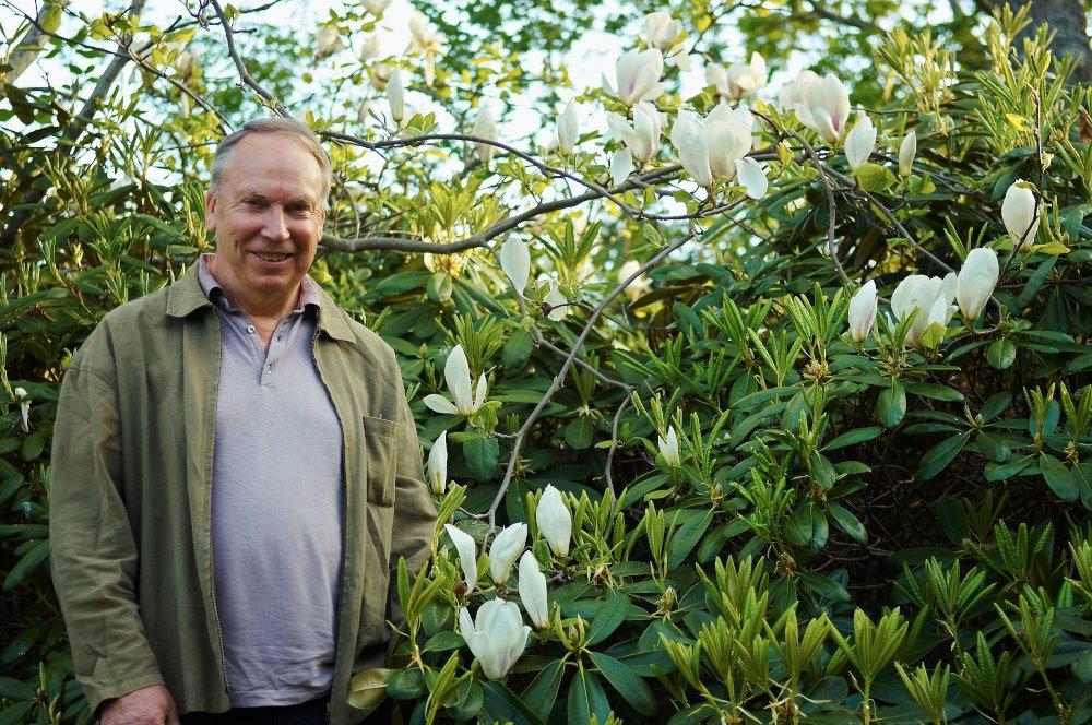 Drivkraften bakom Enköpings förvandling, stadsträdgårdsmästare Stefan Mattson, är en sann trädgårdsmänniska som kan mycket om det mesta. I Enköping har han gått in för att plantera ett brett växtsortiment så att det alltid ska finnas något vackert att titta. Men ska man nämna någon växtgrupp som Stefans hjärta klappar lite extra för så måste det nog bli magnoliorna. Här syns han tillsammans med en blommande magnoliaskönhet hemma i den egna trädgården.