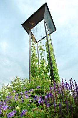 I Blå trädgård klänger humle mot skyn i en sinnrik modern smidesspaljé som på samma gång är som ett konstverk. Mörkt blålila stäppsalvia 'Caradonna' och kungsnäva växer vid dess fot tillsammans med ljust lavendelblå kransveronika som i slutet av juni ännu har ett bra tag kvar till blomning.