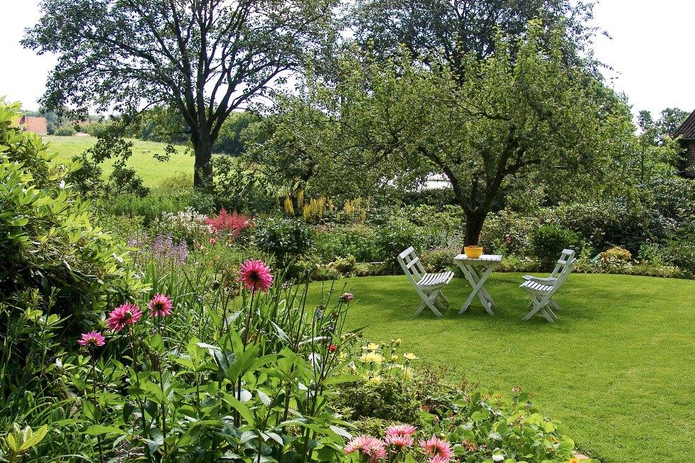 Änglandsgården på Bjärehalvön är en trädgård i romantisk engelsk stil. Vad är mer somrigt än en sittgrupp under ett äppelträd bland romantiskt blommande rabatter och utsikt över betesmarker.
