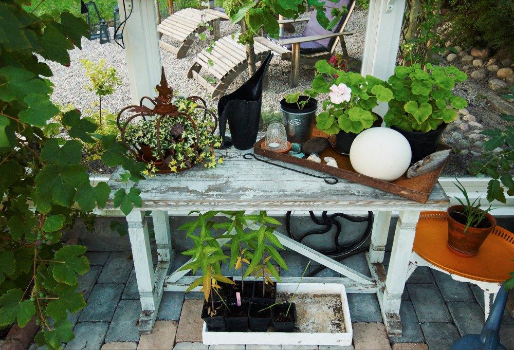 För länge, länge sedan fick Astrids mamma ett gammalt skomakarbord av en granne. Nu står det i uterummet, ger plats åt växter och prydnader och skapar atmosfär.