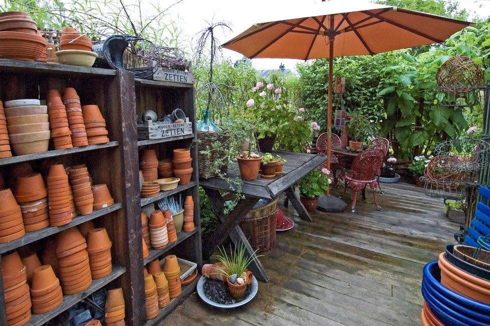 Med rustika hyllor och ett gediget bord skapade paret Söderlund på Pilgården i Sundsvall en charmigt ombonad arbetsplats utomhus. Här kan de när lusten faller på plantera om krukväxter och arbeta med sådd och annat.