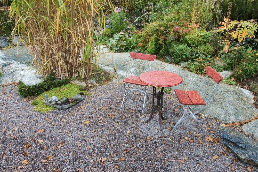 Den lilla cafegruppen invid dammen känns härligt inbjudande fortfarande när hösten börjat färga trädgårdens blad och regnmolnen hänger tunga.