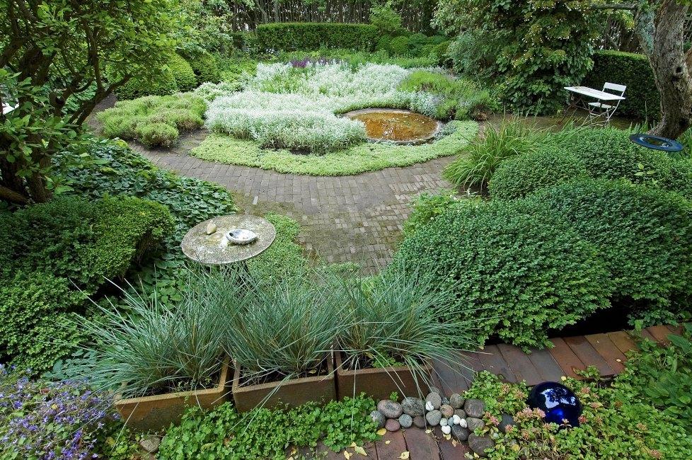 Starka, lugna former i harmoni präglar den trädgård som Ulla Molin skapade i Höganäs. Färgskalan domineras av grönt och silver med sparsamma inslag av blommande växter i blått, marktegel bidrar till trädgårdens rena och smakfulla framtoning. Möbler, krukor och prydnader är av god, enkel form i trä, keramik, glas eller betong. Skrälliga färger och mönster göre sig icke besvär.