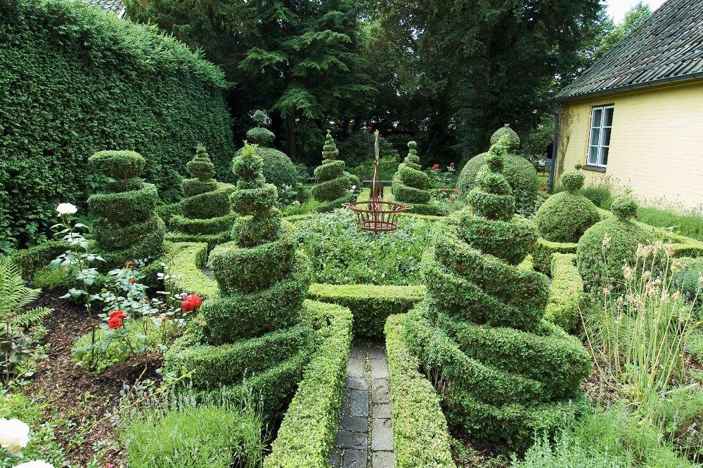 Maryhills fantastiska buxbomsträdgård i Lund anlades i början av 1950-talet. Den har en formell grundplan med fyra häckinfattade rabattkvarter och en rundel i mitten. Den formella uppbyggnaden till trots ger den, tack vare de häpnadsväckande formklippta figurerna, ett uppsluppet och avslappnat intryck.