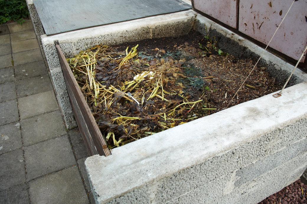 Komposten som är uppbyggd av lecablock har tre fack: ett för färdig kompostjord, ett med kompost under mognad och ett för färskt avfall. Praktiskt och enkelt såväl när man behöver bli av med ogräsrenset som när man behöver jordförbättra.