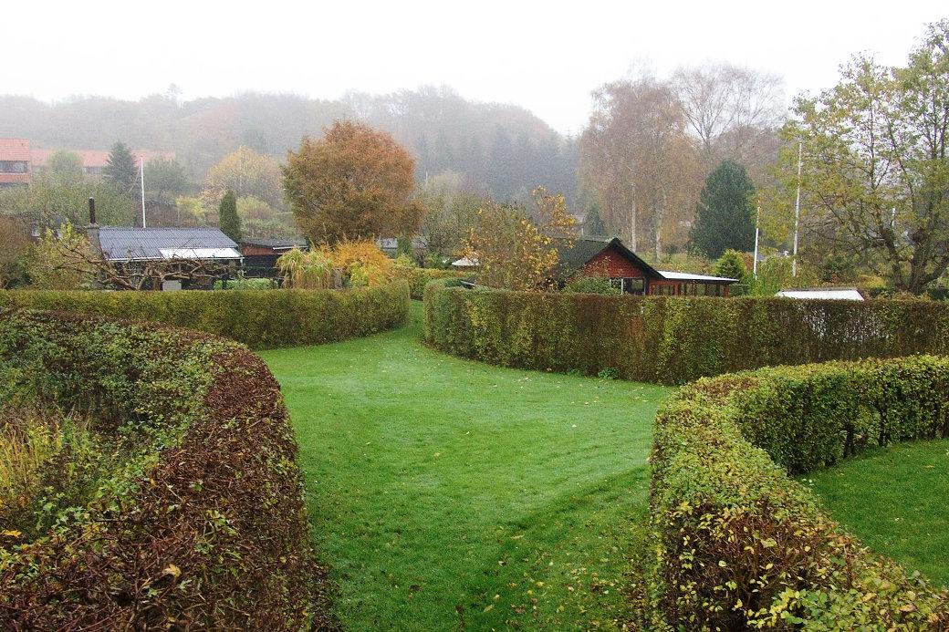 För De Ovale Haver, ett koloniområde på Själland i Danmark, ritade C.Th. Sörensen (1893–1979) en mycket formstark planlösning där varje koloniträdgård inhägnades av klippta häckar. Lotterna fick en oval form i stället för den gängse rektangulära och den ena är inte den andra lik. Den starka arkitektoniska formen gör området intressant och vackert året om. De Ovale Haver plan lades 1948–49 och används som tänkt än idag.