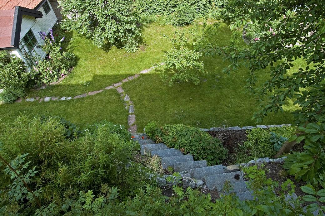 Om man som Anna-Lena Wibom på Lidingö bor på kanten av en kulle kan man skaffa sig den mest makalösa utsikt över trädgården inifrån sitt vardagsrum. Stentrappan, den lilla stugan och gångarna skapar en helt egen tavla att njuta av.