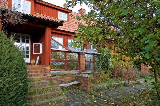 En av de främsta föregångarna inom modern svensk trädgårdskonst var Emma Lundberg (1869–1953). Hus och trädgård utformades i ett sammanhang. I hennes hem på Lidingö, Bullerbacken, är huset i varje detalj anpassat till utemiljön. Växthuset integrerades redan från början. i biblioteket och på förstutrappan finns små gluggar som kan öppnas in mot växthuset.