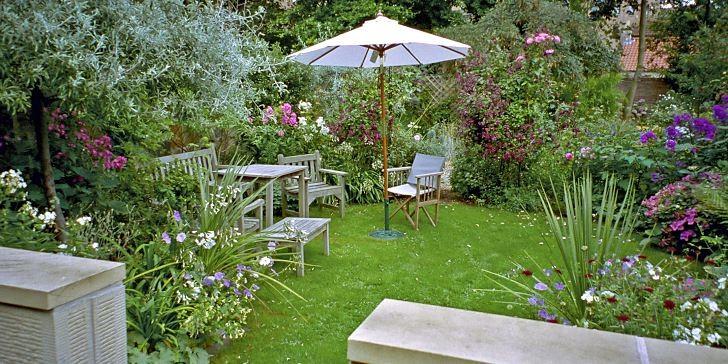 I Storbritannien är man mästare på att utnyttja små ytor. Hemma hos Nicola Lowe, professionell trädgårdsdesigner i Edinburgh, har en smal, lång trädgård avdelats i fyra olika rum med olika karaktär. Vi ser genom öppningen från rummet närmast huset in till nästa rum – en uteplats på gräsmattan.