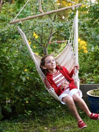 Även om man inte har två träd för en hängmatta finns lösningar. En hängstol är bekväm att sitta i och fungerar dessutom som slänggunga.