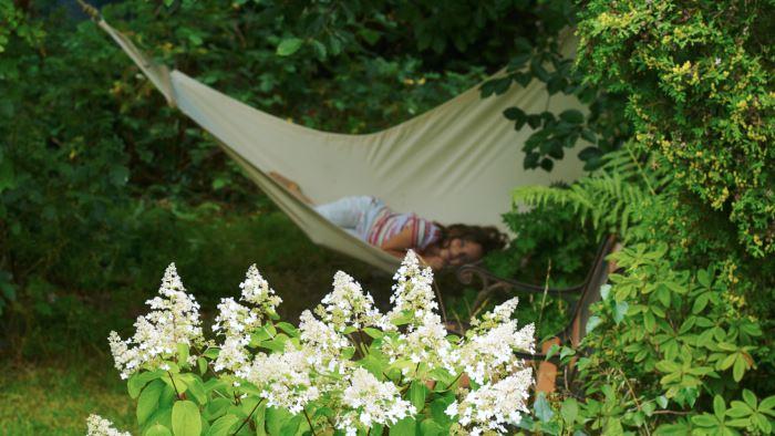 Hängmattor är suveräna inte bara för vuxna utan även för barn. Visst går de att vila i men minst lika bra fungerar de för att gunga så att trädtopparna svänger. Bra rep och hyfsat mjukt underlag är inte fel.