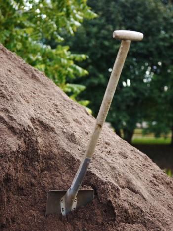 Enköpingsjorden (E-jord) är en tillverkad jord, vilket gör den fri från flerårigt rotogräs, en förutsättning för att få lättskötta rabatter.