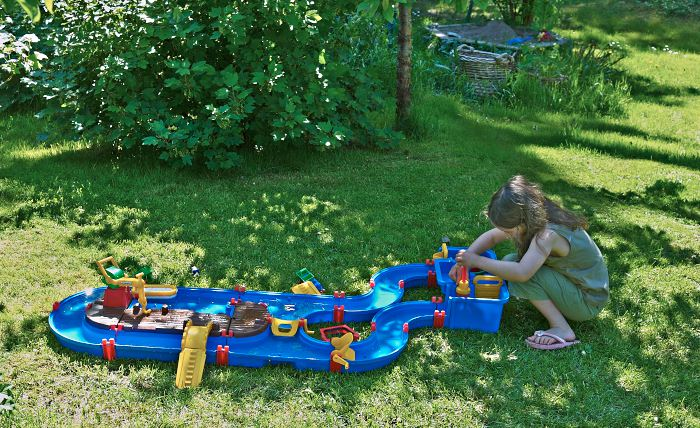 På gräsmattor kan barn ha mycket roligt, men för att de ska vara fullt användbara under de vackraste sommardagarna behövs skugga.