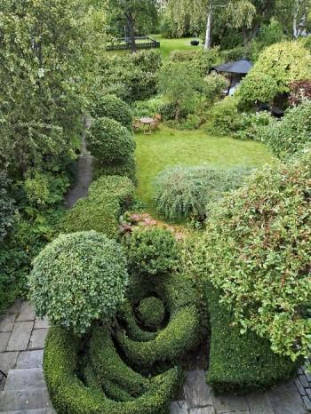 Bauers trädgård på Lidingö har en stark, tredimensionell form. Växter av olika form och storlek, plank och takförsedda sittplatser bidrar till rumskänslan, skapar intresse och trivsamhet. Vi känner oss omslutna och trygga, en känsla som inte kan uppnås utan den tredimensionella formen.