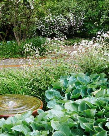 Ett behagligt porlande, den cylinderformade stenen i Fridegårdsparken.