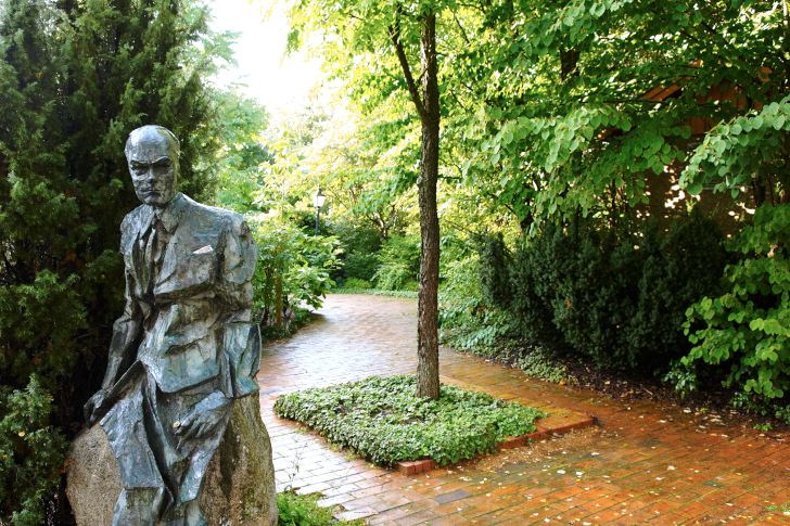 En skulptur av författaren Jan Fridegård med en tussilago i handen välkomnar besökare vid ingången till Fridegårdsparken. Den kom till på initiativ av en grupp frivilliga personer som samlade in pengar från sponsorer. Skulpturen är gjord i brons av konstnären Rune Rydelius.