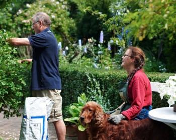 Det finns glädje i arbete, inte minst i trädgården. I bakgrunden skymtar riddarsporrarna i en av deras första perennrabatter.