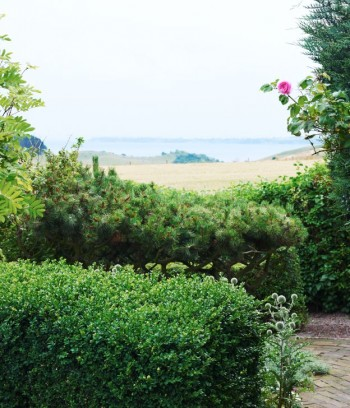 Från uteplatsen i söder ser man ut över Öresund. På ön Ven kan Backafall skymtas, bortom ligger Danmark.