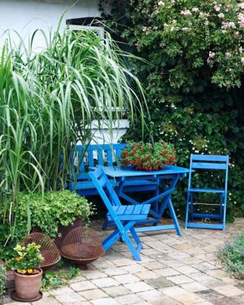 På innergårdens soligaste plats kan man sitta mysigt inklämd i grönska och dricka kaffe. Citrusplantan påminner om att det var tänkt som medelhavshörna.