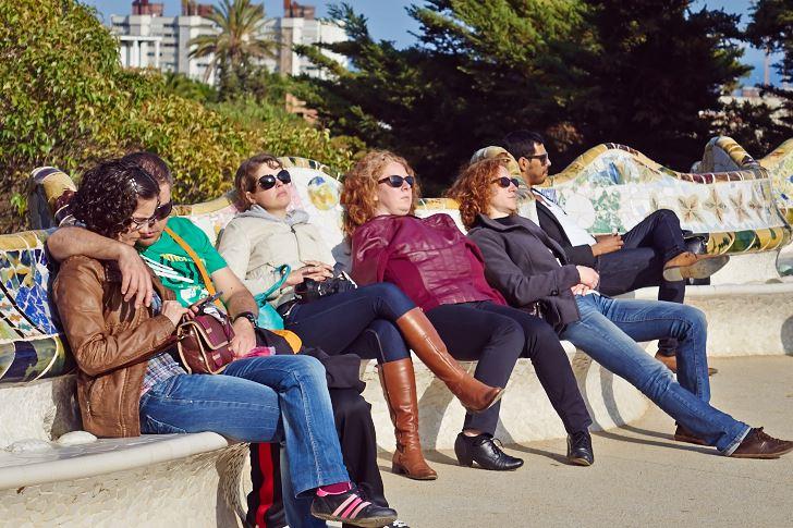 Och visst går den att sola på också, terrassen i Park Güell, Barcelona