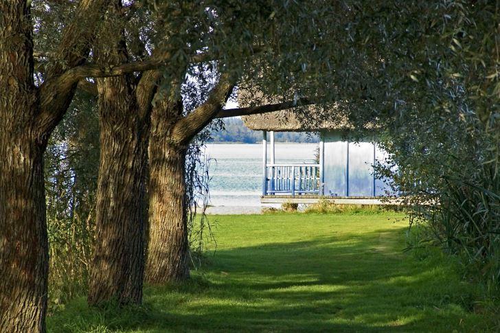 Vasshuset i Rudolf Steinerseminariets trädgårdspark i Järna
