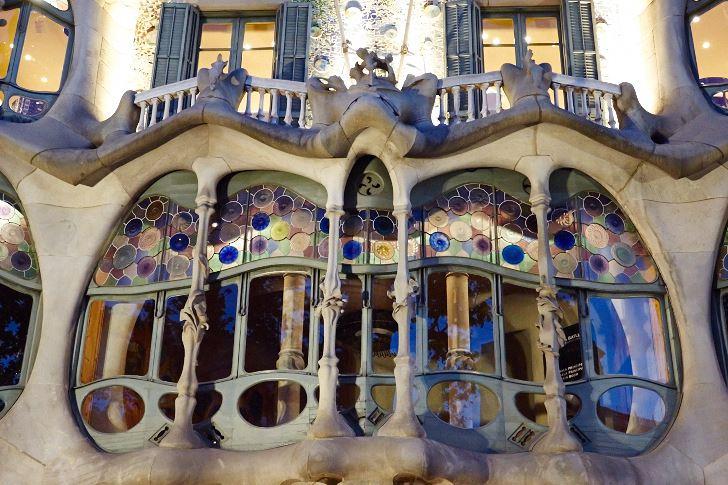 De nedre delarna av Casa Batlló i ljus sandsten från Barcelonaberget Montjuïc som brukar jämföras med ett skelett