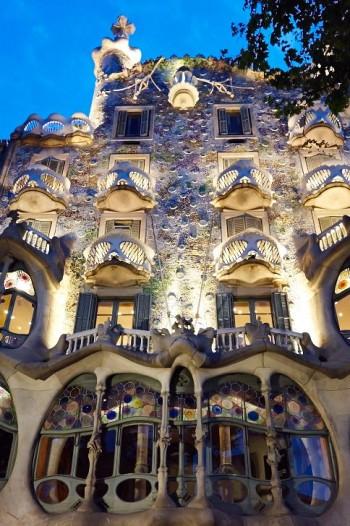 Kväll vid Casa Batlló. De säregna och formsköna balkongerna är ibland jämförda med dödsskallar.