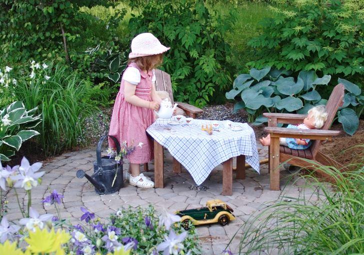 Den romantiskt behagliga trädgården passar inte bara för vuxna. Liksom alla vackra trädgårdar är den attraktiv för barn.