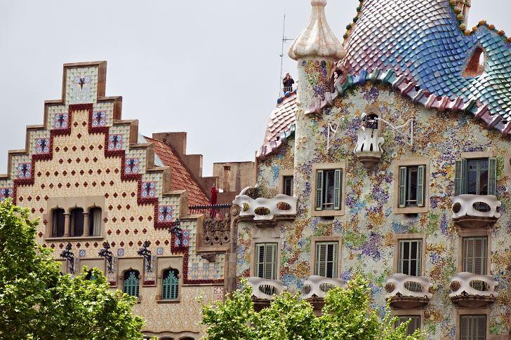 Fasaderna av Casa Batllo och den hollandsinspirerade Casa Ametller till vänster