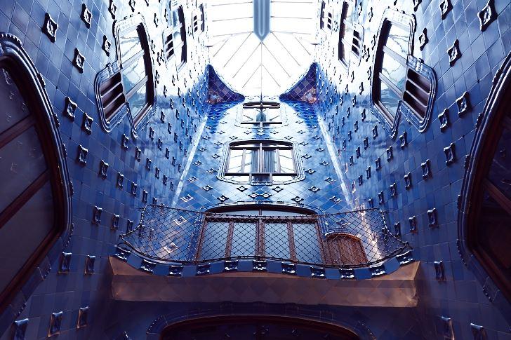Det centralt belägna ljusschaktet och trappuppgången sedd nerifrån, Casa Batllo.