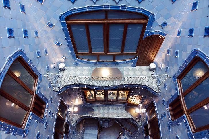 Det centralt belägna ljusschaktet och trappuppgången sedd uppifrån, Casa Batllo.