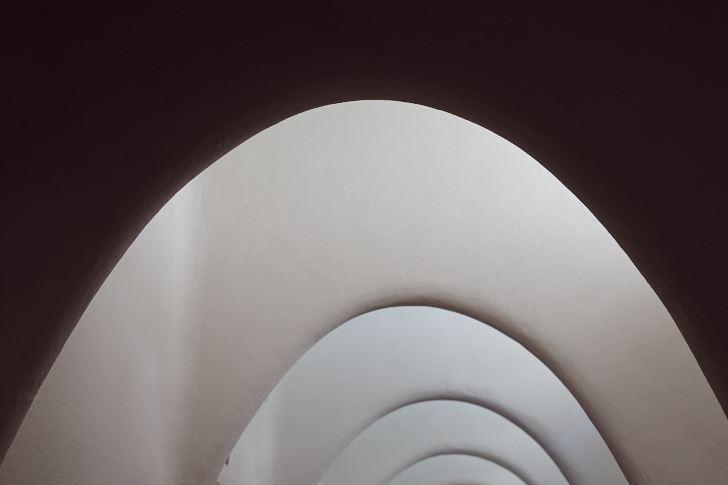 En kedjelinje, den teoretiska kurva som en länkad kedja söker sig till, fast upp och ner. Taket på gångarna i loftet på berömda Casa Batlló i Barcelona