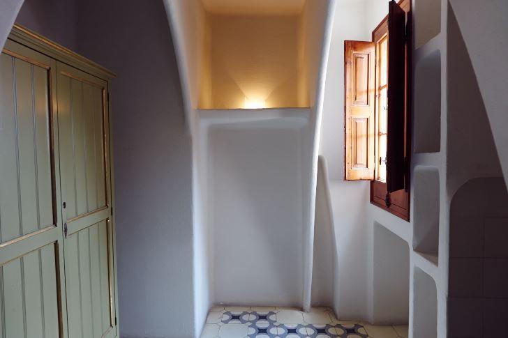 Loft, eller arbetsyta i takhöjd, skapad för praktiskt jobbande och förråd av Antoni Gaudí i Casa Batlló, för mer än ett århundrade sedan.