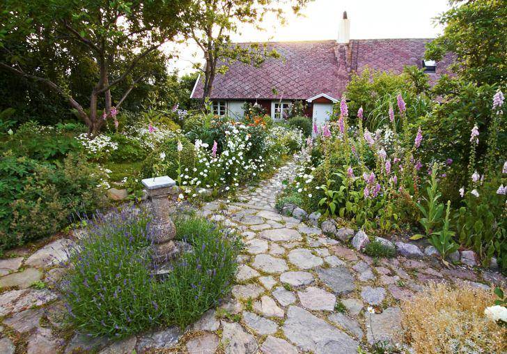 Så ljuvligt att man blir tårögd är det på Lilla Råkeholm i Skåne där Bengt Lindvall och Lennart Svensson driver ett rum & frukost. Rosa rosor och fingerborgsblommor, lavendel och dämpande grå silverarv med deras vackra lilla hus i bakgrunden.