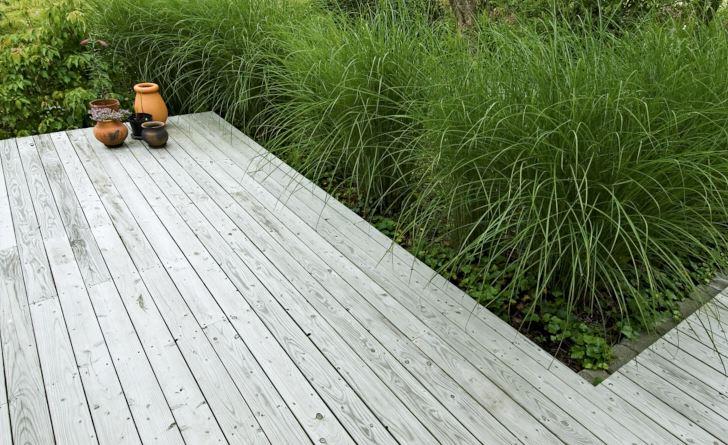 Trädäck kan vara både praktiskt och vackert och ljummet och lent att gå barfota på när det är sol och varmt och bara svalt, inte kallt, när det fryser på. Om det läggs nära marknivån och ansluter mot omgivningen med hjälp av växtlighet, som hos Ingrid Björkman i Båstad, undviker man att uteplatsen isoleras från trädgården. Den vackra grå färgen får obehandlat lärkträ redan efter första säsongen i sol, regn och rusk.