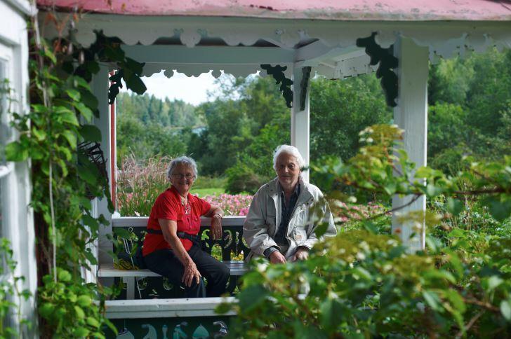 På återbesök i Kristinelund, där Klaas och Bodil byggde upp sin första trädgård efter pensionen, passar de på att bjuda på fika på farstukvisten.