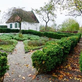 Också i Slottsträdgården och Pildammsparken dalar löven