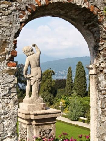 Portaler har djupverkan och kan användas för att förstärka effekten av en utsikt, även om det knappast behövs här i barockträdgården Isola Bella i Lago Maggiore.