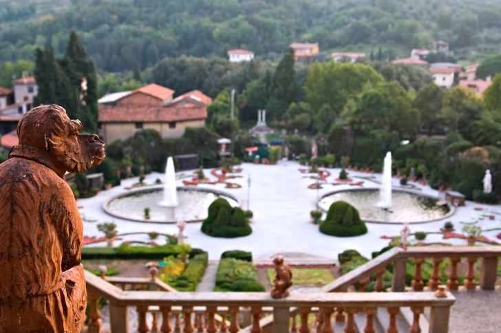 Vattenkonster i alla former kännetecknar renässansens och barockens trädgårdar. Här i Villa Garzoni, Toscana, är det storslagenhet som gäller för de väl tilltagna symmetriska fontänerna vid anläggningens entré. En terrakotta-apa från en av terrasserna blickar fundersamt ut över människornas stordåd.