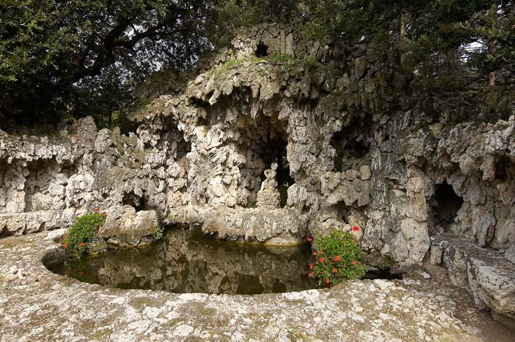 Här i Villa Oliva-Buonvisis vattengrotta, också i närheten av Lucca,  används den skålade formen för att skapa djup. Konstgjorda stalaktiter förstärker känslan av mystik.
