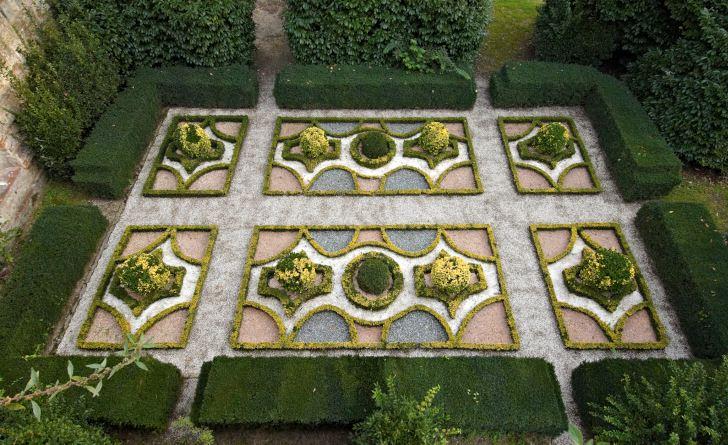 Stora parterrer av buxbom var mycket vanliga under barocken. De kunde vara uppbyggda i komplicerade mönster efter speciella mönsterböcker som gavs ut på den tiden. Den här varianten från Villa Reale är i blygsam skala och kanske något att ta efter för den egna täppan.