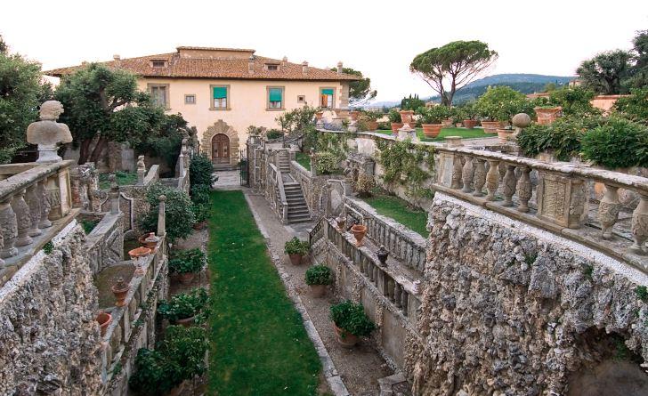 På Villa Gamberaia i Toscana löper trädgårdens tväraxel rakt emot en av sidodörrarna. I just den här trädgården löper inte huvudaxeln genom huset utan längs med husets sida. En anpassning till platsens förutsättningar som kanske bidragit till dess unika atmosfär.