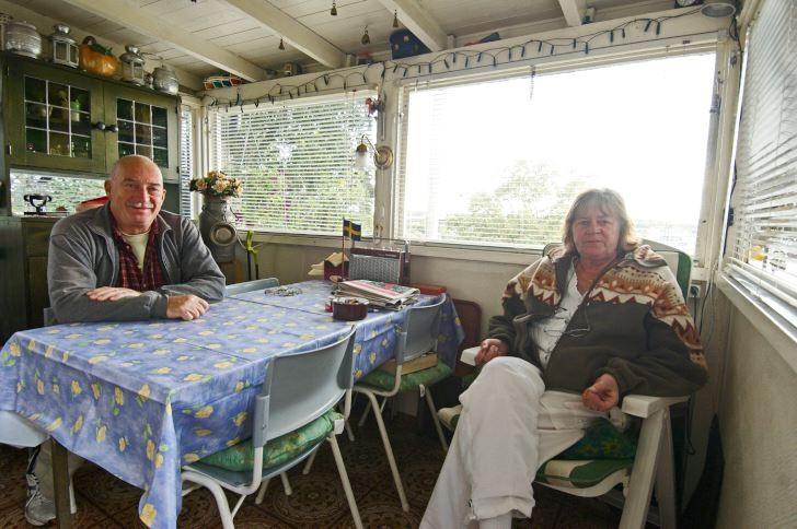 Sedan Robert blev pensionär tillbringar han och Ulla Britt stora delar av sommarhalvåret i stugan i Tanto. Köket, det är ett uterum på samma gång. Det är känslan av att vara nära trädgården och naturen som lockar.