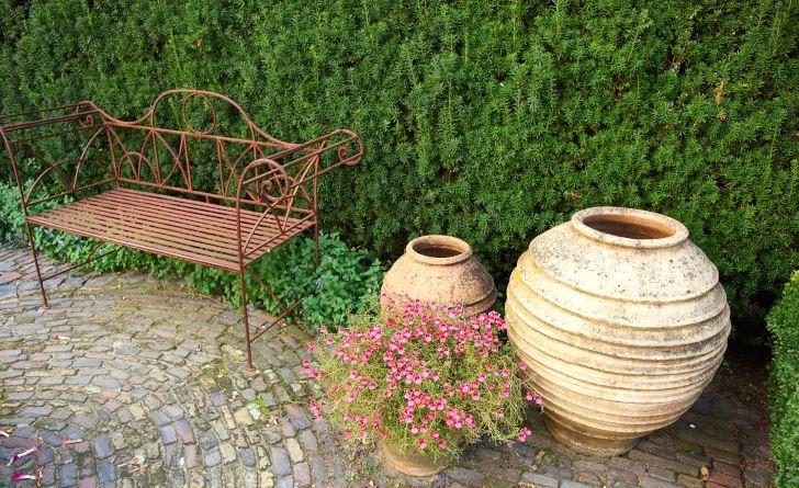 En del soffor är till för att sitta på, andra för att titta på. Till den senare kategorin hör den här varianten i rostigt järn. Som prydnad fungerar den väl, rostbrunt är en idealisk trädgårdsfärg som inger lugn och ro. Bild från Jan Boomkamp visningsträdgård i Holland.