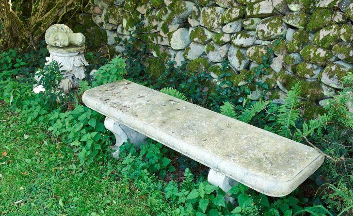 Grekland kallar Kenneth Hallberg och Claes Johansson i norra Skåne den del av sin trädgård där man hittar det här arrangemanget. Är soffan av sten? Nej, det är överbliven teaterrkvisita av plast som knappt väger någonting och egentligen inte är till för att sitta på. Men det gör inget för läckert är det ändå.