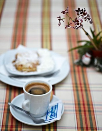 Med en liten orkidé vid espressokoppen blir även det estetiska sinnet tillfredsställt.