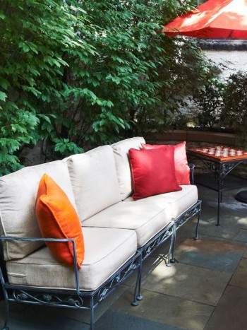 Mjuka soffdynor även ute på tomten har blivit vanliga de senaste åren. De finns att köpa med vattenavvisande tyger som tål en skur, som här på bilden från stadsdelen Dearborn i Chicago. Låt försoffningen nå nya härliga bottennivåer även utomhus.