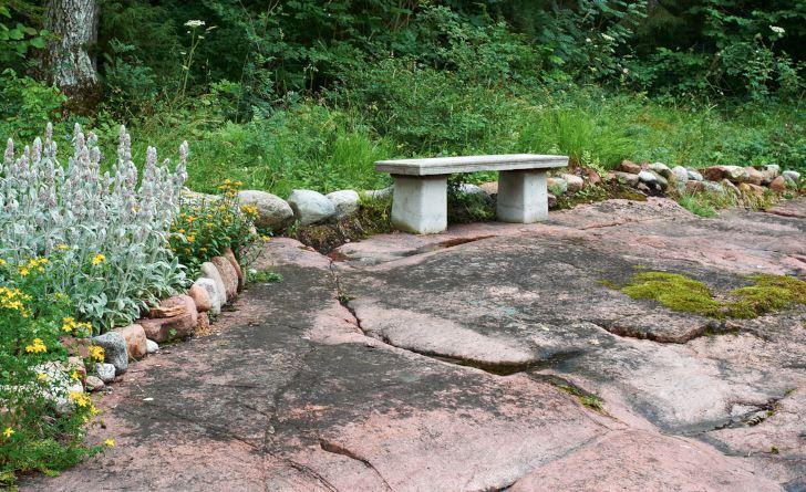 Med utsikt över den vackra berghällen av rapakivigranit har Carita Holmén, som bor på en liten ö i åländska skärgården, placerat ut en rejäl gjuten bänk. En plats för frid i sinnet.