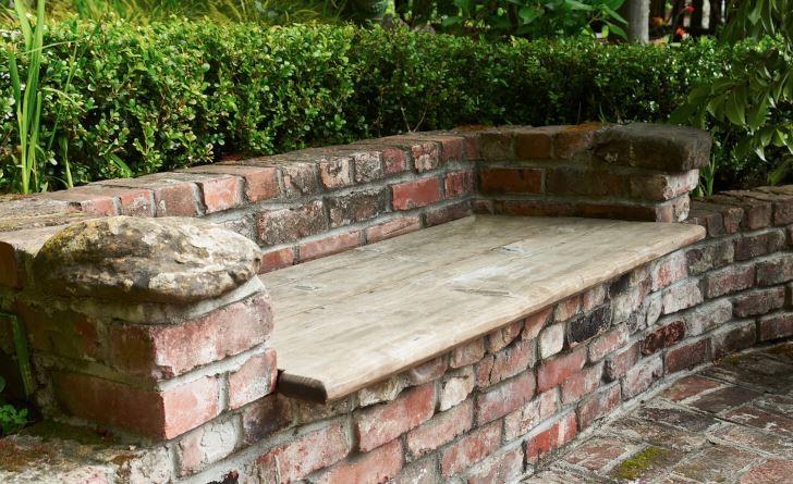 På en bänk murad med tegel nött av tidens tand kan man sitta på Babbling Brook Inn i Santa Cruz, Kalifornien. Buxbom fungerar som förhöjning av ryggstödet. Konstruktionen fungerar lika bra här hemma i Sverige som på USAs västkust. För att undvika frostprängning bör teglet inte vara genomblött när vintern kommer.